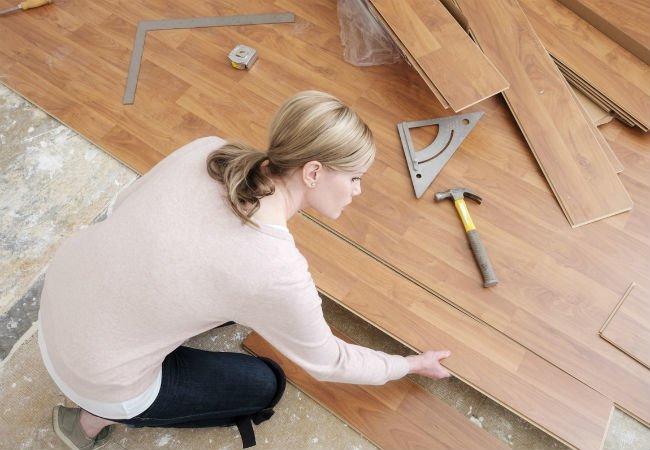 Выравнивание полов в квартире: варианты под ламинат и другие жесткие напольные покрытия